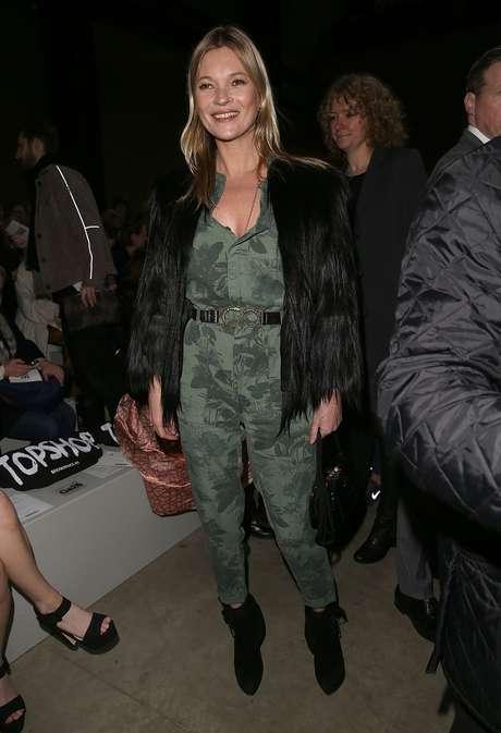 <p>A top Kate Moss chamou a aten&ccedil;&atilde;o no desfile da grife Topshop Unique, neste domingo (16), durante a semana de moda de Londres</p>