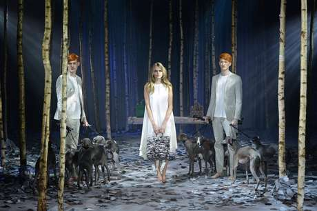 <p>A top inglesa Cara Delevingne lan&ccedil;ou, neste domingo (16),&nbsp;sua pr&oacute;pria cole&ccedil;&atilde;o de bolsas na semana de moda de Londres</p>