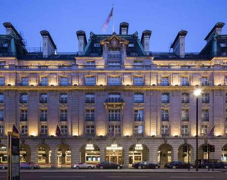<p>O hotel The Ritz, que apareceu em 1999 no filme<em>Notting Hill</em>, com Hugh Grant, oferece um pacote com jantar a partir de 250 libras por cabeça (aproximadamente R$ 1 mil)</p>