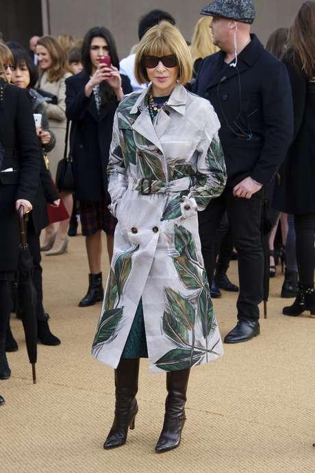 <p>Anna Wintour escolheu um casaco estampado para ir ao desfile da Burberry Prorsum, nesta segunda-feira (17),&nbsp;durante a semana de moda de Londres</p>