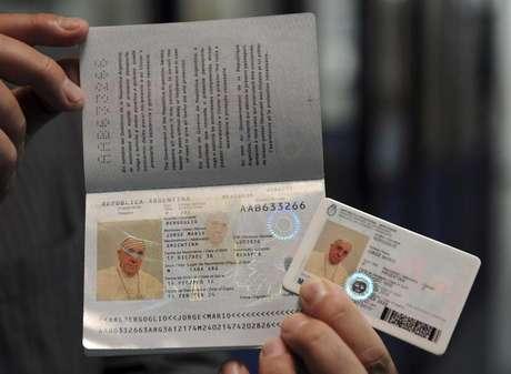 O papa Francisco renovou seu passaporte e sua carteira de identidade como cidadão argentino comum. 17/02/2014