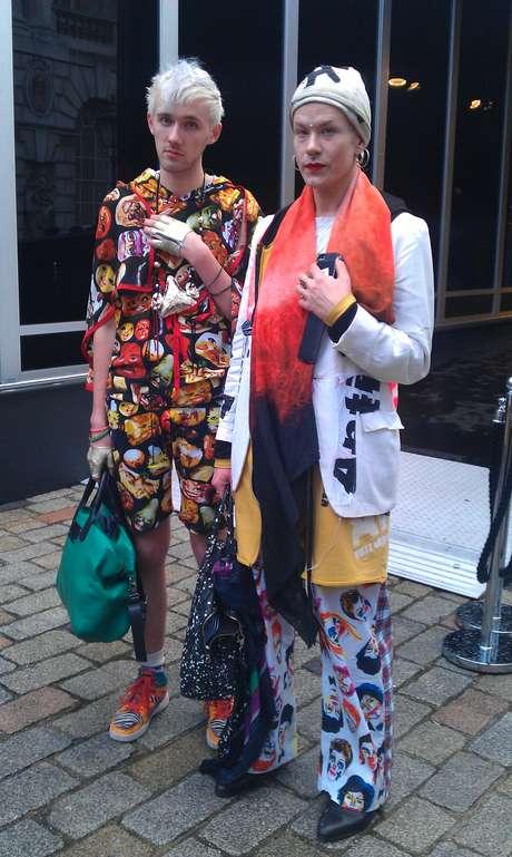 <p>O casal de namoradosThomas Van Der Does e o estilista holandês Bas Kosters apostaram nas estampas para ir à semana de moda de Londres</p>