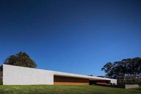 <p>Localizada em Porto Feliz, no interior de São Paulo, a Casa Lee foi projetada pelo arquiteto Marcio Kogan e tem um desenho contemporâneo e minimalista</p>