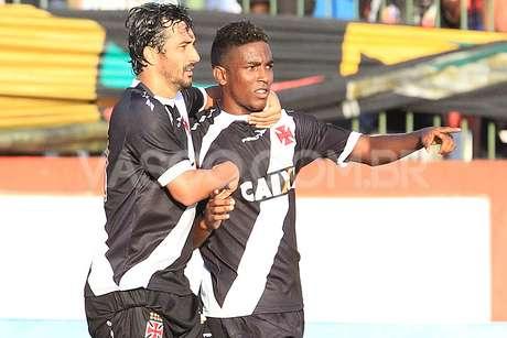 Douglas e Thalles comemoram primeiro gol vascaíno