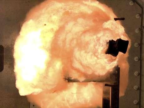 Foto tirada pela Marinha americana por uma câmera de alta velocidade: o efeito das armas eletromagnéticas são rápidos e devastadores