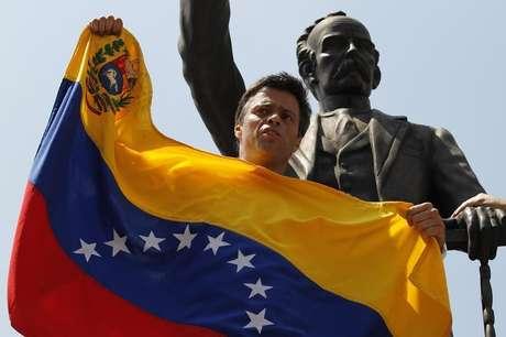 <p>O líder opositor venezuelano Leopoldo Lopez discursa para apoiadores antes de se entregar em Caracas em 18 de fevereiro</p>