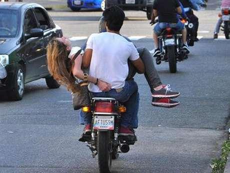 <p>Génesis Carmona fue trasladada a un hospital a bordo de una motocicleta para que fuera atendida de emergencia; las fotos del suceso ya circulan en las redes sociales.</p>