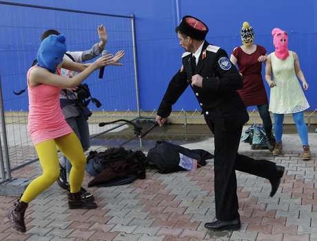 Integrantes da banda punk Pussy Riot são agredidas por guardas, em Sochi