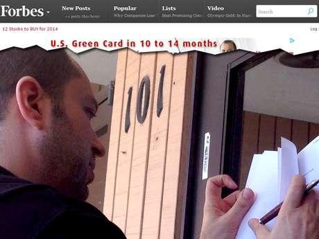 <p>Jan Koum, cofundador da empresa assinando o contrato na porta do bem-estar social americano</p>
