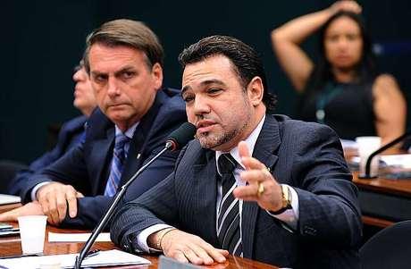 <p>Marco Feliciano (dir.) em sessão na Câmara</p>