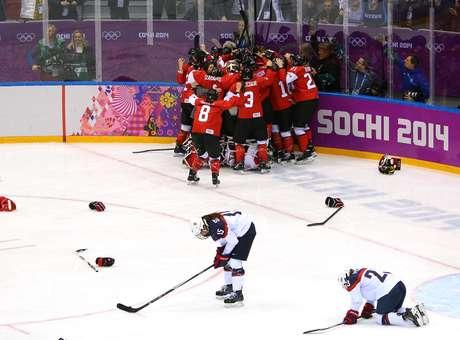 <p>As americanas desabaram no rink desesperadasapós ter chegado a liderar o placar por 2 a 0 até 3min30s do fim</p>