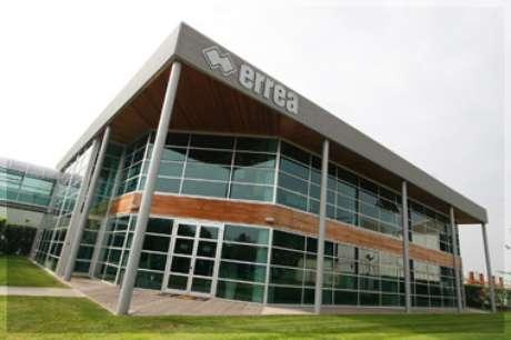 Localizada em Parma, na Itália, a Errea possui uma empresa representante no bairro Santa Felicidade, em Curitiba