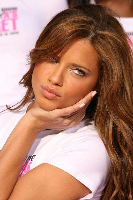 Sempre presente nas listas que elegem as mulheres mais sexys do mundo, a modelo Adriana Lima, ao contrário do que se imagina, não tem a pele perfeita. Com pontos oleosos espalhados pelo rosto, ela faz esfoliações leves na região e aplica produtos com extrato de plantas para contornar o problema
