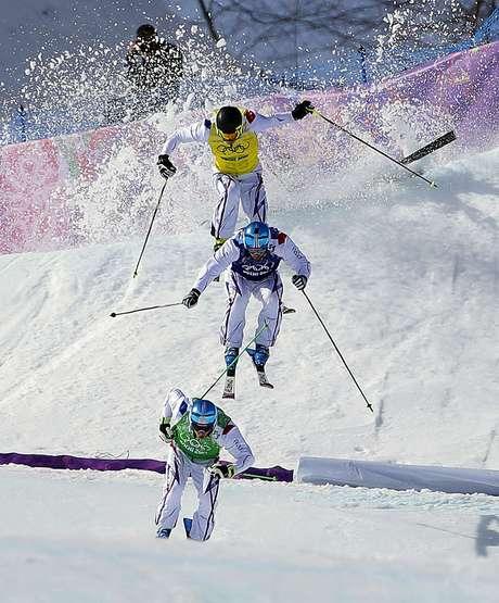El francés Jean Frederic Chapuis, en primer plano, aventaja a sus compatriotas Arnaud Bovolenta y Jonathan Midol, mientras el canadiense Brady Leman sufre una caída en la final skicross de los Juegos Olímpicos de Invierno, el jueves 20 de febrero de 2014, en Krasnaya Polyana, Rusia.