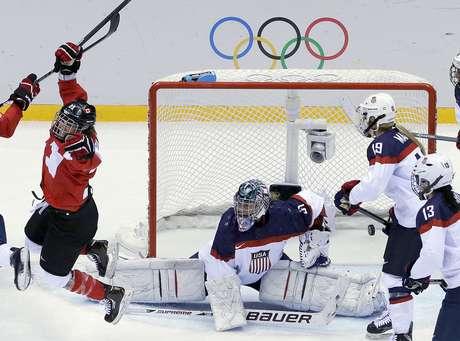 La canadiense Marie-Philip Poulin (29) reacciona tras anotar ante Estados Unidos en la final del hockey de los Juegos Olímpicos de Invierno, el jueves 20 de febrero de 2014, en Sochi, Rusia.
