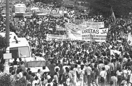 Do alto do prédio, Prates fotografou, no meio da multidão, os ônibus e as viaturas do batalhão de choque da Polícia Militar, que acompanharam o protesto com centenas de militares