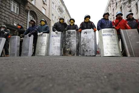 <p>Manifestantes fazem barricada em uma rua que leva a prédio do governo em Kiev</p>