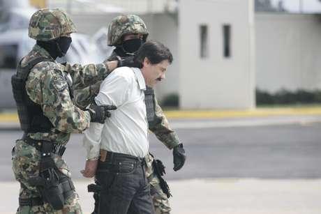 El narcotraficante más buscado en México y Estados Unidos fue trasladado en avión del estado de Sinaloa, donde fue capturado, al hangar de la Secretaría de Marina-Armada de México.