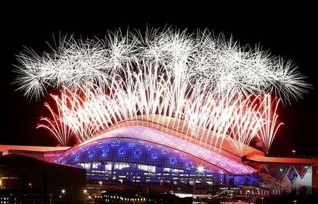 Fogos da cor russa iluminam céu de Sochi em encerramento