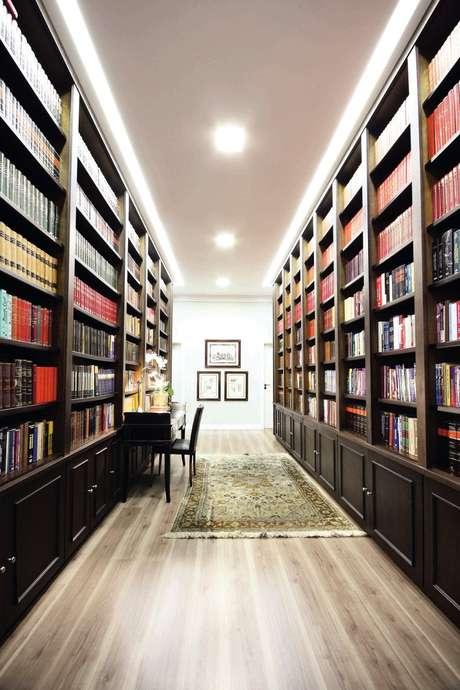 Neste escritório de advocacia não havia espaço para uma biblioteca. Mas, como o corredor era mais largo que o normal, foi usado para guardar as estantes de livros. O projeto é do arquiteto Lisandro Piloni. Informações: (11) 2985-0803