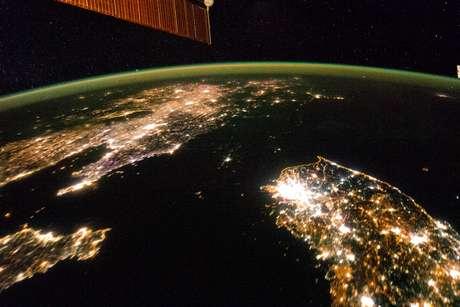 <p>Coreia do Norte (ao centro) aparece sob a escuridão entre a China (à esquerda) e a Coreia do Sul (à direita)</p>