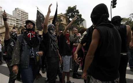 <p>Membros do grupo Black Bloc em uma manifestação contra a Copa do Mundo da Fifa, em fevereiro de 2014</p>
