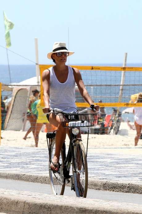 """<p>No ar em """"Além do Horizonte"""", Carolina Ferraz preferiu pedalar para perder algumas calorias e, de quebra, aproveitar a paisagem tipicamente carioca</p>"""