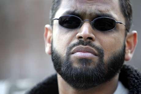 Moazzam Begg, suspeito de facilitar o terrorismo ao redor do mundo, em frente a embaixada americana em Londres, em março de 2006