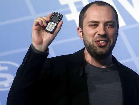 <p>Jan Koum, o cofundador do WhatApp ainda utiliza celular comum por ver potencial neste mercado</p>