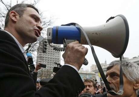<p>O ex-boxeador ucraniano que se tornou político Vitaly Klitschko vai concorrer à Presidência em 25 de maio, disse a agência de notícias Interfax</p>