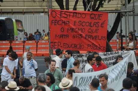 Professores fazem passeata no centro do Rio em dia de paralisação