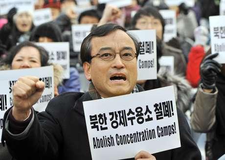 <p>Ativistas pedem a abolição dos campos de concentração na Coreia do Norte, em dezembro de 2011</p>