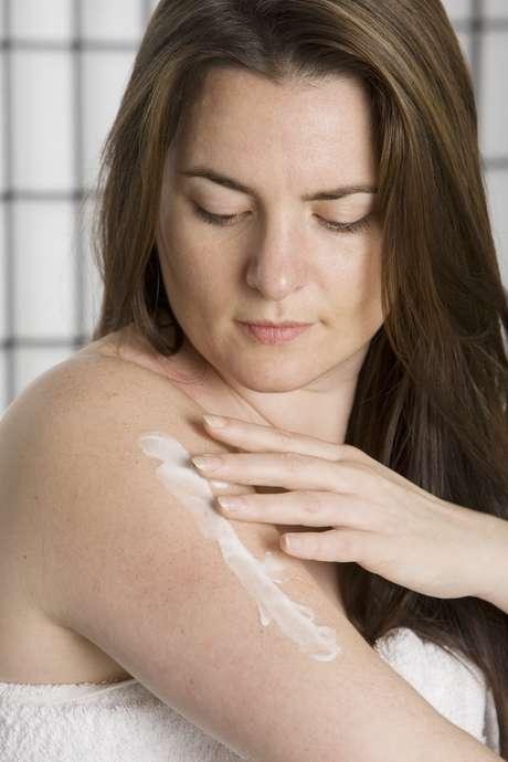 O ideal é optar por soluções com aloe vera ou amêndoas na fórmula, pois elas ajudam a diminuir a sensação de queimação na pele
