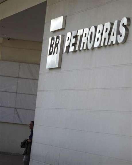 <p>Ações da Petrobras registraram queda de 4,91% após denúncias de ex-diretor</p>