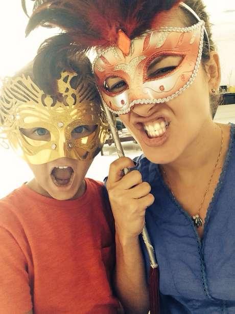 Claudia Leitte posa com o filho David em clima de Carnaval
