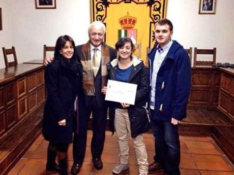 La familia de Alba en el acto de entrega del cheque-ayuda