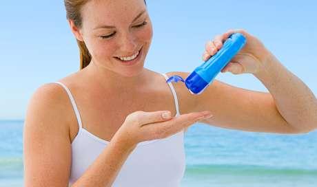Quando feita em demasia, a proteção solar evita que os raios solares atinjam o corpo e estimulem a produção da substância, que é responsável por ajudar na absorção de cálcio e, consequentemente, no fortalecimento dos ossos e dos dentes