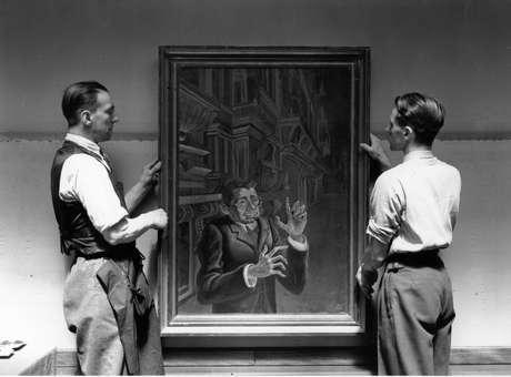 Retrato de Myarski, por Otto Dix, em fotografia durante montagem de exposição em londres em 1928