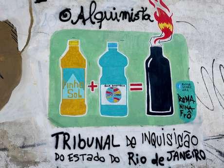 <p>Grafite faz referência à prisão do catador, que carregava garrafas de desinfetante e água sanitária</p>