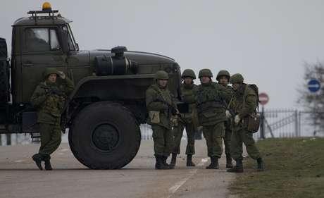 Homens armados não identificados bloqueiam a estrada até o aeroporto militar no porto do Mar Negro em Sevastopol, na Crimeia, em 28 de fevereiro