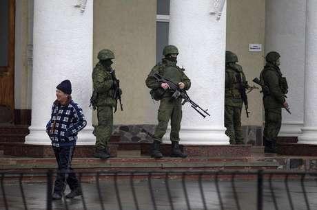 <p>Homens armados montam guarda no aeroporto de Simferopol, na região da Crimeia. Homens armados tomaram o controle de dois aeroportos na região da Crimeia nesta sexta-feira, 28, o que o governo da Ucrânia descreveu como uma invasão e ocupação por forças russas, levantando tensões entre Rússia e o Ocidente</p>