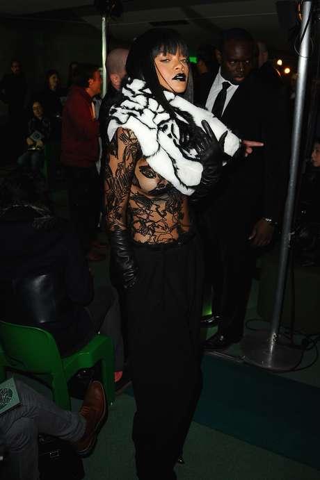 <p>Rihanna prestigou o desfile de Jean Paul Gaultier neste sábado (01), durante a semana de moda de Paris</p>