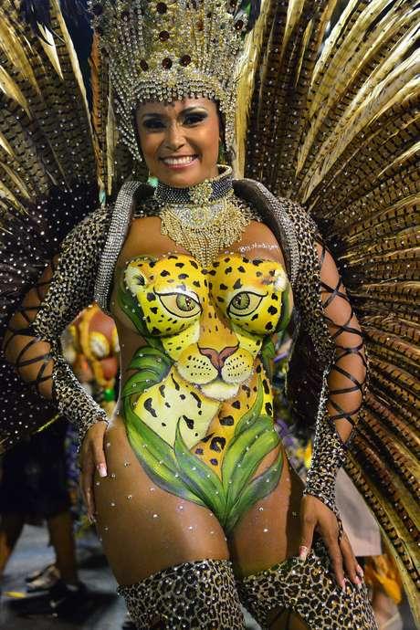 Artista encara maratona para pintar corpos nus no carnaval