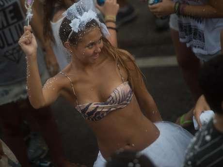 <p>O bloco Simpatia ÉQuase Amor apresentou problemas, mas levou animação a milhares de pessoas na praia de Ipanema, no Rio de Janeiro, neste domingo. Veja fotos:</p>