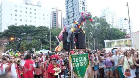 No Carnaval 2014, o rolezinho saiu do shopping center e foi para as ruas de São Paulo neste domingo. Ao menos no hino do bloco Jegue Elétrico, em Pinheiros, na zona oeste
