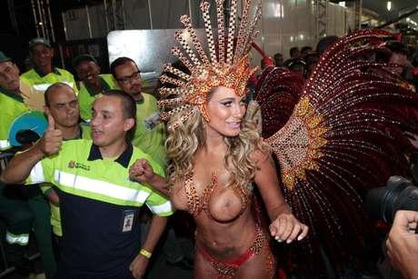 <p>Andressa Urach desfilou pela Leandro de Itaquera e deixou os seios a mostra</p>