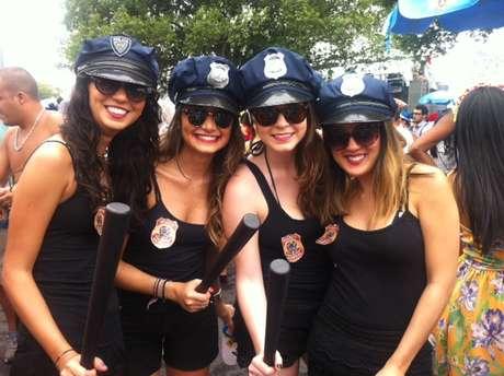 <p>Grupo de meninas vestidas de policiais federais chamavam a atenção por onde andavam</p>