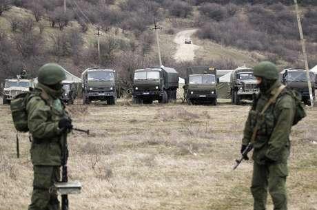 Veículos militares, que acredita-se serem do exército russo, são vistos próximo ao território de uma unidade militar ucraniana, na vila de Perevalnove, nos arredores de Simferopol, em 2 de março