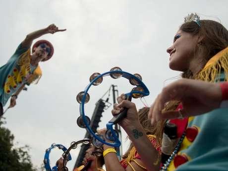 Foliões curtem a união dos ritmos do Carnaval com o som dos Beatles no bloco Sargento Pimenta, que anima o Aterro do Flamengo no Rio nesta segunda-feira