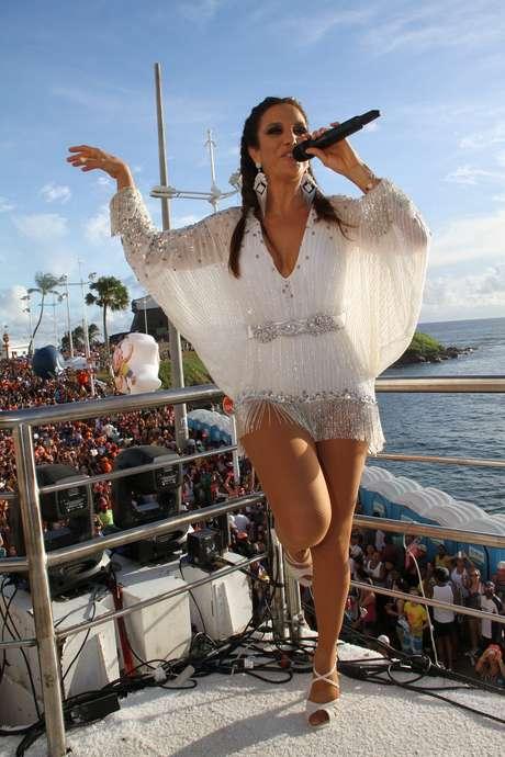 <p>A poderosa Ivete Sangalo mais uma vez levou ao delírio a legião de fãs que a acompanhou nesta segunda-feira, no Circuito Barra-Ondina. Veja fotos da apresentação da cantora:</p>